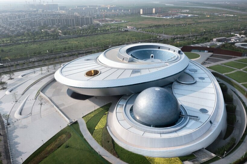 https://www.lifo.gr/sites/default/files/styles/free_height_large/public/articles/2021-07-10/world-largest-astronomy-museum-ennead-architects-opens-shanghai-designboom-.jpg?itok=J5UupNgd