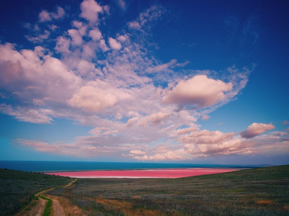 https://www.lifo.gr/sites/default/files/styles/free_height_medium/public/articles/2021-03-12/australias-lake-hillier-maintains-its-vibr.jpg?itok=fAKdZ-Pc