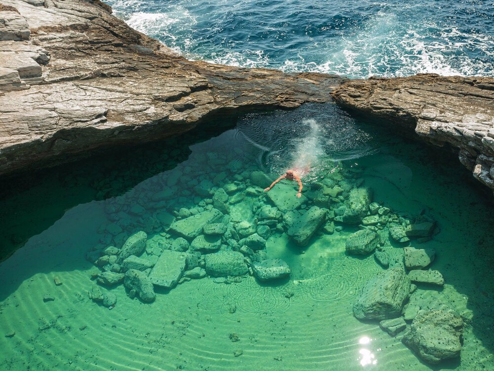 https://www.lifo.gr/sites/default/files/styles/free_height_medium/public/articles/2021-03-12/giola-is-a-natural-pool-located-within-the-astris-region-of-greece-visitors-.jpg?itok=p6BKt2u9