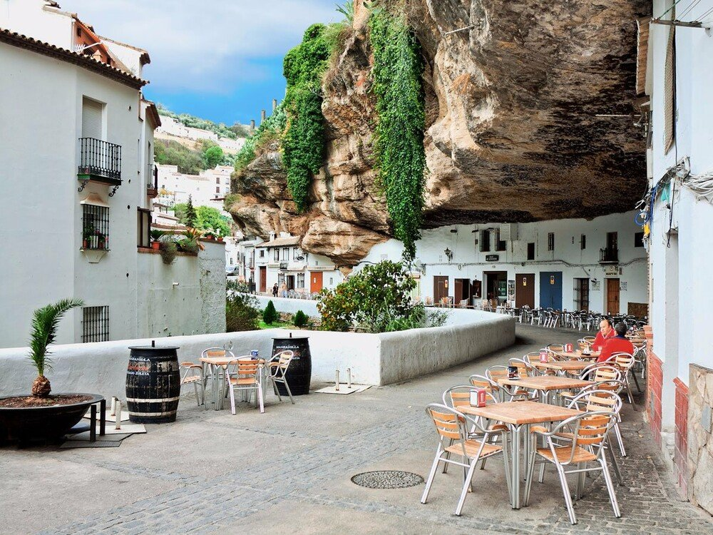 https://www.lifo.gr/sites/default/files/styles/free_height_medium/public/articles/2021-03-12/setenil-de-las-bodegas-grew-out-of-a-network-of-caves-located-in-the-cliffs-above-the-rio-trejo-food.jp_.jpg?itok=AhW-NXaw