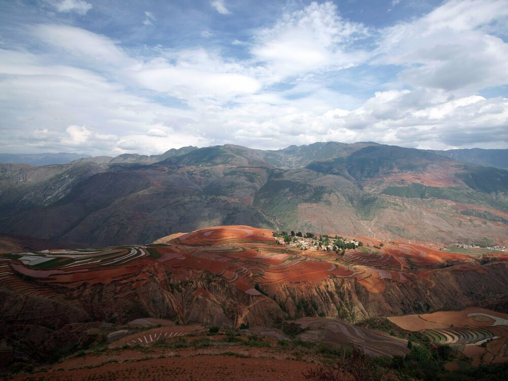 https://www.lifo.gr/sites/default/files/styles/free_height_medium/public/articles/2021-03-12/the-dongchuan-red-land-is-located-in-e-the-color-and-blooming-plants-throughout-the-year-add-to-the-colorful-sight.jpg?itok=cgbVwYOn