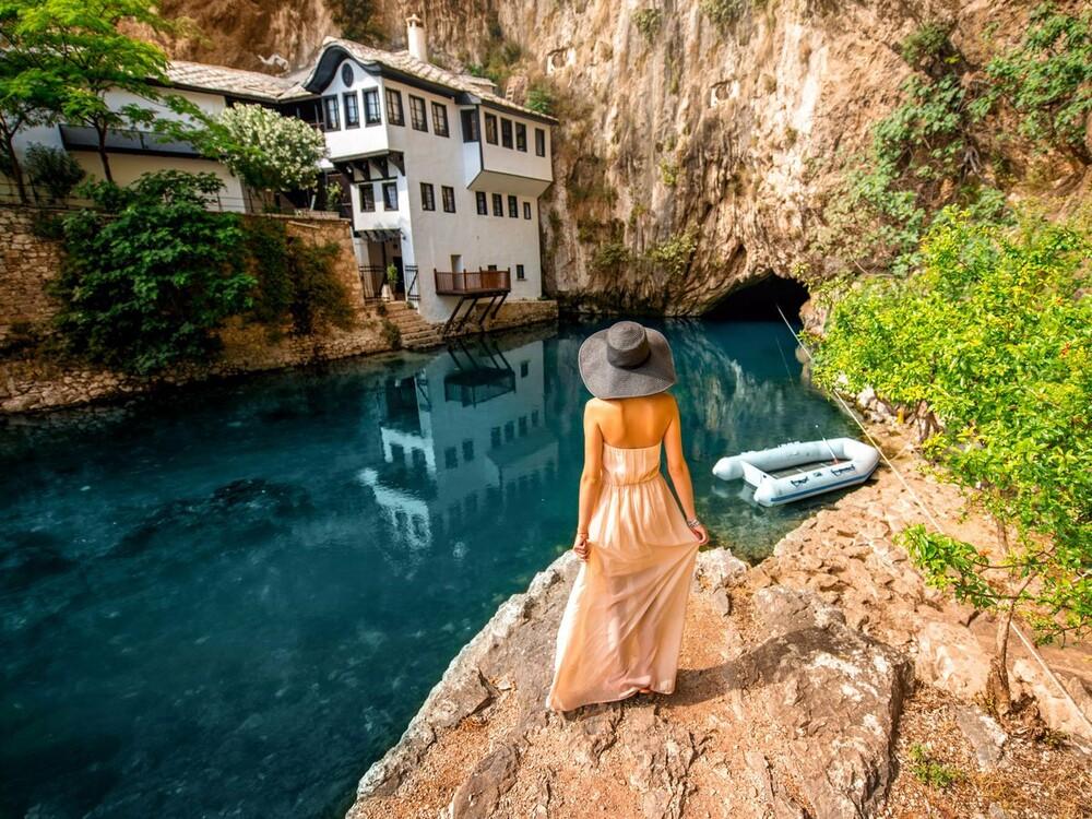 https://www.lifo.gr/sites/default/files/styles/free_height_medium/public/articles/2021-03-12/those-who-visit-blagaj-a-village-in-bosnia-and-herzegovina-.jpg?itok=Ml1HlgHk