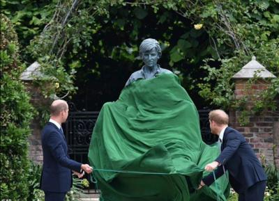 Πρίγκιπας Ουίλιαμ και Χάρι αποκαλύπτουν το άγαλμα της μητέρας τους Νταϊάνα [ΒΙΝΤΕΟ]