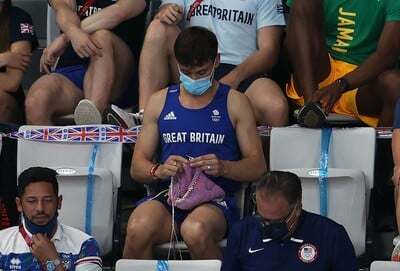 Viral έγινε Βρετανός Ολυμπιονίκης που παρακολουθούσε τις καταδύσεις πλέκοντας στις κερκίδες
