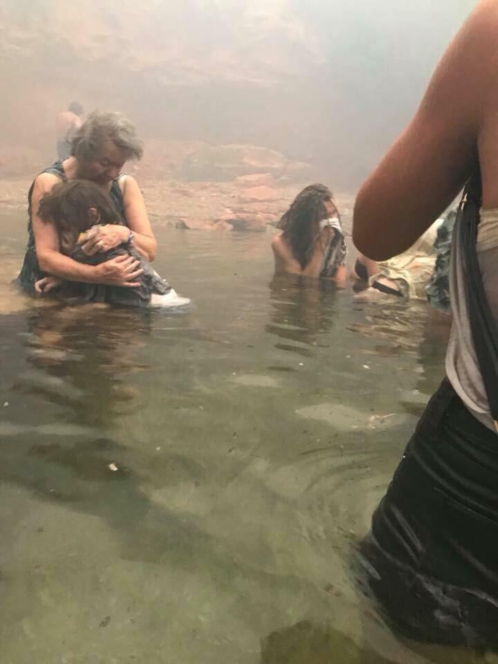 Μπαμπά, πιάσαμε φωτιά!» - Η ιστορία πίσω απ' τη συγκλονιστική φωτογραφία που τράβηξε ένας 14χρονος στο Μάτι | LiFO