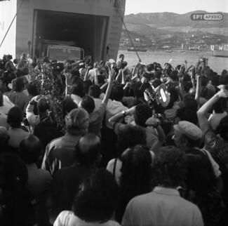 Σπάνιες φωτογραφίες από την επιστροφή των πολιτικών εξορίστων από τη Γυάρο