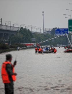 Φονικές πλημμύρες στην Κίνα: Κάτοικοι μίας πόλης απεγκλωβίζονται με φουσκωτά - Στους 53 οι νεκροί
