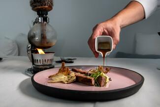 Santoro: Υψηλού επιπέδου μεσογειακή κουζίνα στο πιο προνομιακό μπαλκόνι της καλντέρας