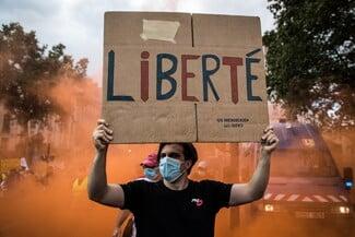 Χιλιάδες Γάλλοι στους δρόμους κατά της κάρτας υγείας: «Κινδυνεύουν οι ελευθερίες μας»