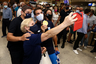 Έφτασε στην Αθήνα ο Στέφανος Ντούσκος – «Αποθεωτική» υποδοχή στο αεροδρόμιο