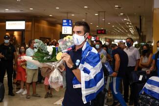 Έφτασε στην Αθήνα ο Στέφανος Ντούσκος – Αποθεωτική υποδοχή στο αεροδρόμιο