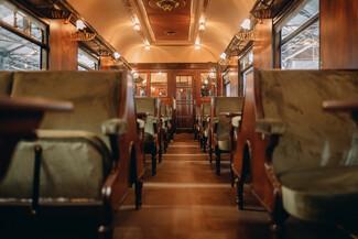 Μέσα στο βαγόνι-εστιατόριο του «Orient Express» λίγο πριν τα εγκαίνιά του στη ΔΕΘ