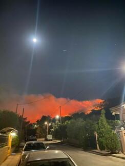 Φωτιά στη Νέα Μάκρη- Κοντά σε σπίτια