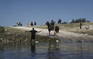 ΗΠΑ: «Σοκαριστικές φωτογραφίες» με έφιππους συνοριοφύλακες που κυνηγούν Αϊτινούς μετανάστες