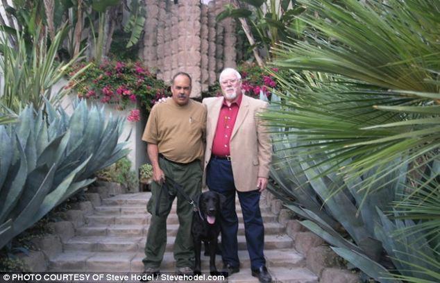 O Steve Hodel (αριστερά) έξω απο το σπίτι στο Hollywood