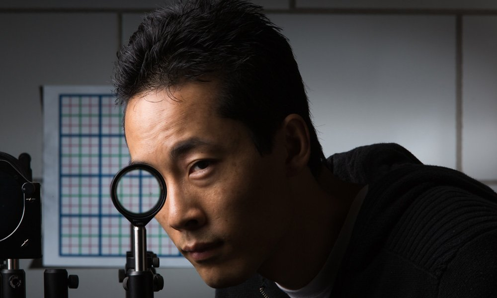 "To πρόσωπο του ερευνητή ""εξαφανίζεται"" όταν το τοποθετεί ανάμεσα στους φακούς, ενώ το φόντο εμφανίζεται κανονικά"