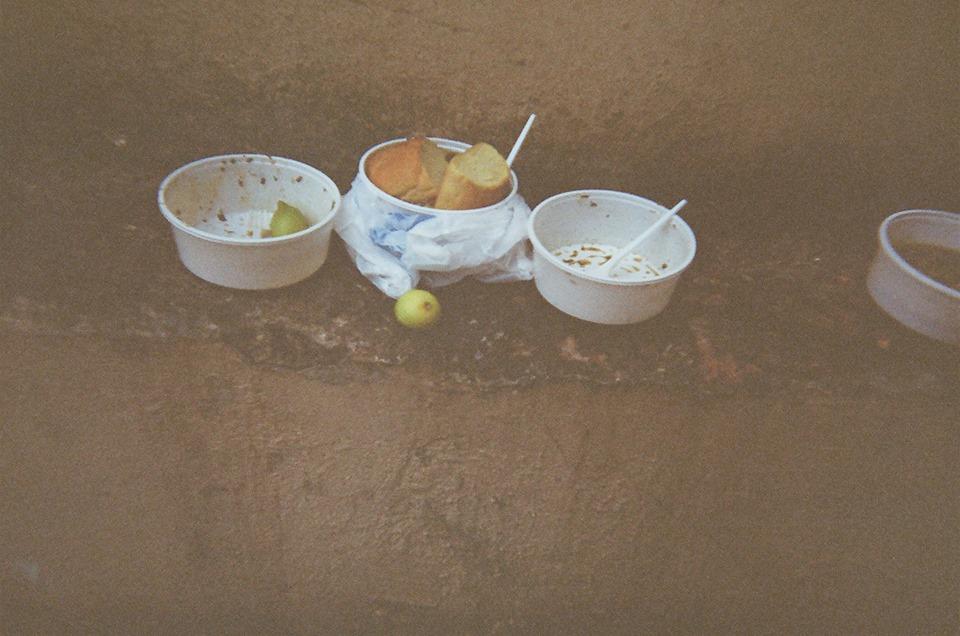 «Υπάρχει ένας άστεγος που μένει στο παγκάκι στον Πειραιά που παίρνει μια μικρή σύνταξη και κάθε μήνα όταν την παίρνει, αγοράζει 3 κούτες τσιγάρα και τα μοιράζει στους άλλους άστεγους».